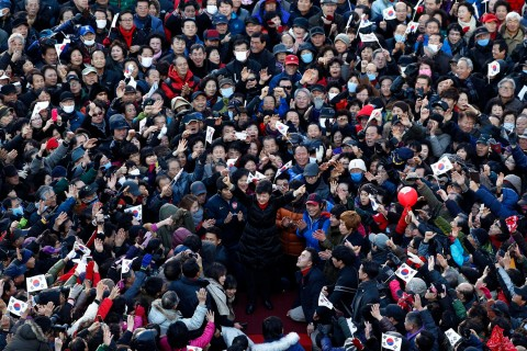 image: South Korea's presidential candidate Park Geun-hye of conservative and right wing ruling Saenuri Party waves to supporters during an election campaign rally in front of a railway station in Busan, South Korea, Dec. 18, 2012.
