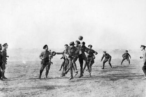Christmas_day_football_WWI_1915