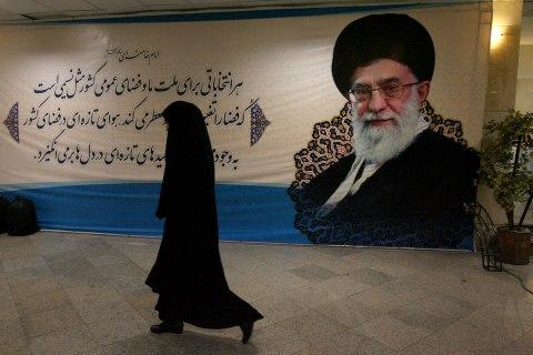 Image: Khamenei portrait dominates a Tehran street