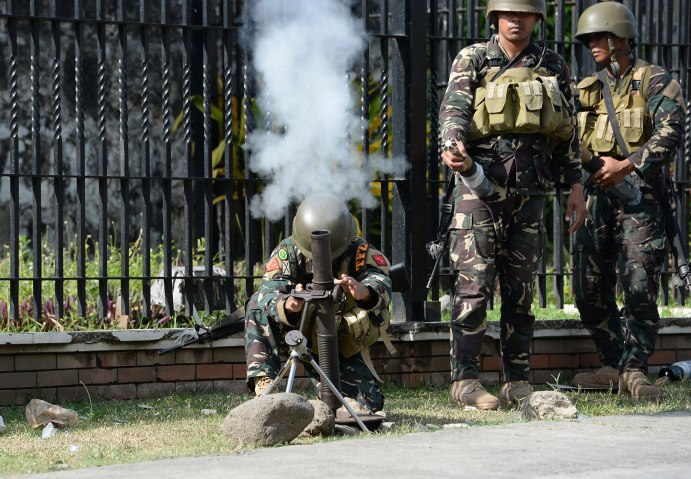 Philippine soldiers fire a 60mm mortar towards Muslim rebels position in the eight-day standoff in Zamboanga City, in southern island of Mindanao on Sep. 16, 2013.