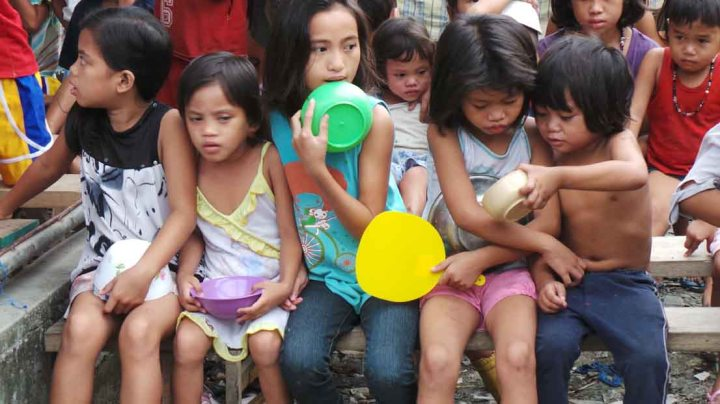 Feeding program in Tondo after Tropical Haiyan