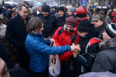 U.S. Assistant Secretary of State for European and Eurasian Affairs Victoria Nuland distributes bread to protesters with U.S. Ambassador Geoffrey Pyatt at Independence square in Kiev, on Dec. 11, 2013.