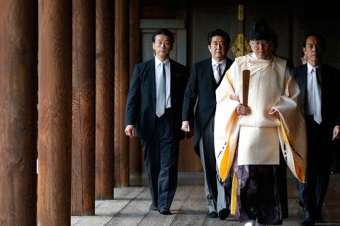 japan_abe_yasukuni_shrine_1226
