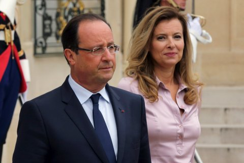 From left: French President Francois Hollande and first lady Valerie Trierweiler accompany guests following a meeting at the Elysee Palace in Paris, on Oct. 1, 2013.