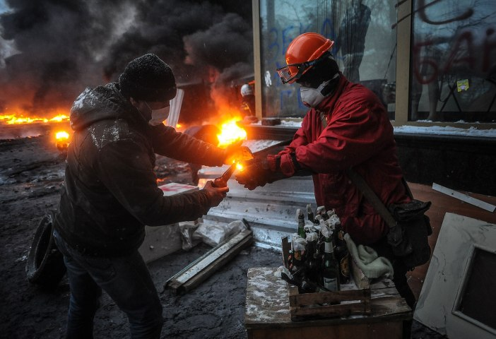 Ukraine: Pro-European protesters and riot police battling in Kiev